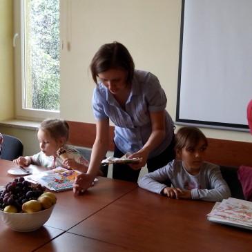 Mamy pomagają, a dzieci (Ola, Kasia i Maja) wcinają